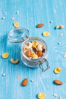 Colazione salutare. muesli fresco, muesli con noci e frutti di bosco congelati. vista dall'alto. copia spazio.