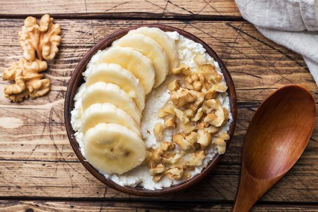 Colazione salutare. ricotta con banana e noci