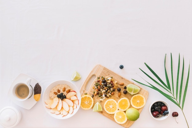 Colazione sana con farina d'avena; frutta e dryfruits su priorità bassa bianca