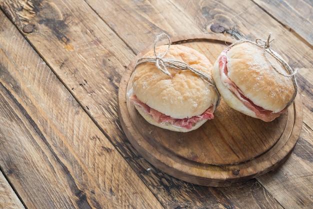 Colazione tipica spagnola con pane e prosciutto serrano