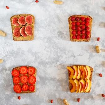 Colazione tradizionale americana ed europea d'estate: sandwich di toast con burro di arachidi, copia vista dall'alto