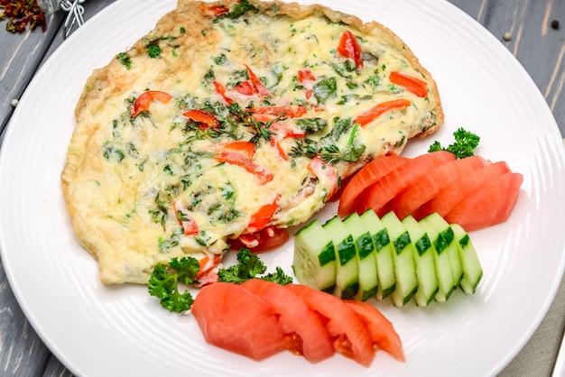 Colazione turca: frittata con verdure in padella primo piano.
