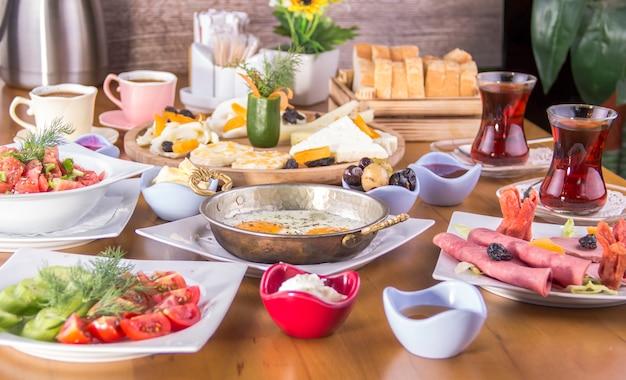 Colazione turca - uovo fritto, pane, formaggio, insalata e tè - immagine