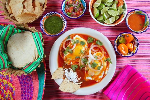 Colazione uova ranchero messicano con peperoncino e nachos