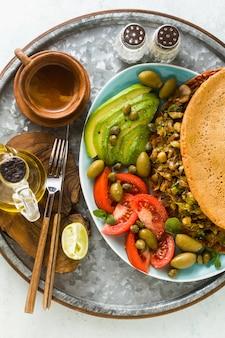 Colazione vegana di frittata di ceci senza uova e senza glutine con funghi fritti e porro.