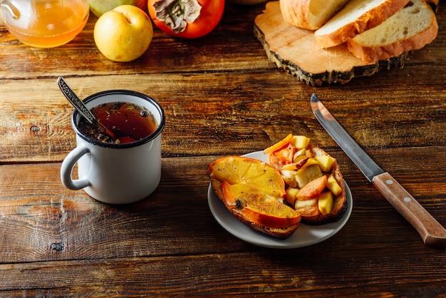 Colazione veloce con tè e toast alla frutta