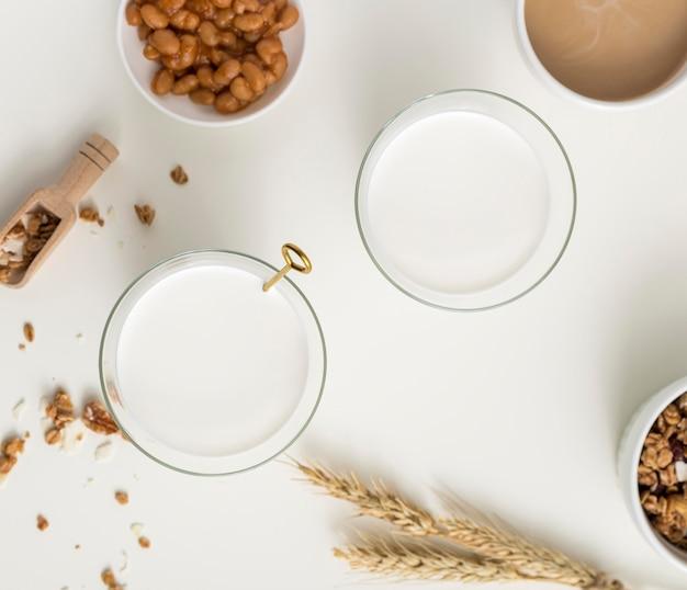 Colazione vista dall'alto con latte biologico