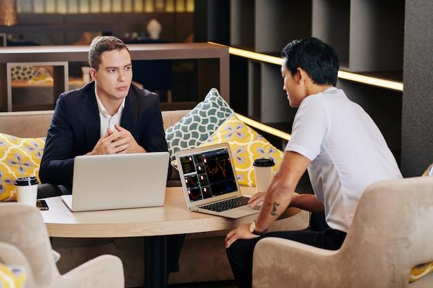 Collaboratori che discutono di strategia di investimento