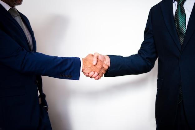 Collaborazione stretta di mano di affari di vista frontale