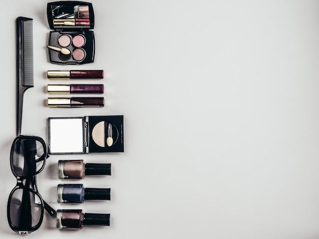 Collage di cosmetici femminili laici piatto. vista dall'alto. copia spazio