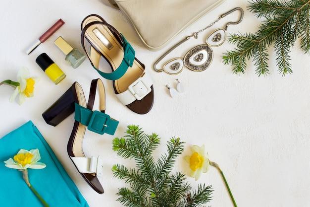 Collage di scarpe e accessori per donna.