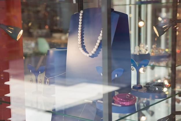 Collana di perle dietro il vetro