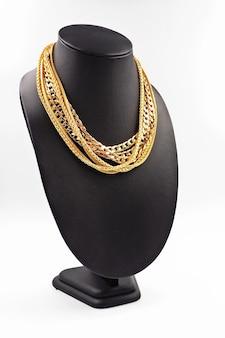 Collana in oro con espositore per collana.