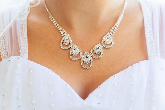 Collana sul collo della sposa