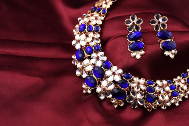 Collana tradizionale indiana con orecchini
