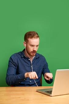 Collega di videochiamata dell'uomo d'affari