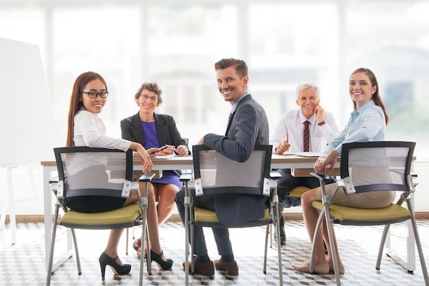 Collega giovane imprenditore parlando il lavoro di squadra