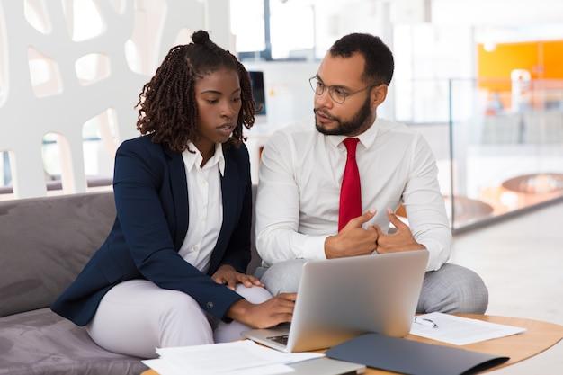 Collega maschio consultantesi professionale femminile giovane