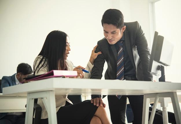 Collega sessualmente molesto della donna di affari dell'uomo d'affari in ufficio
