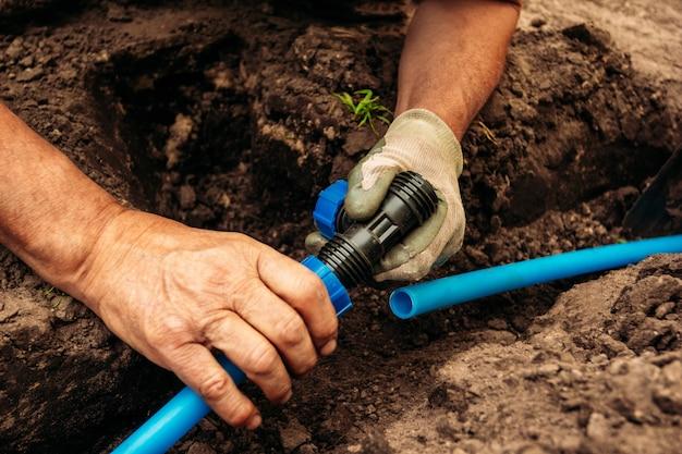 Collegamento del sistema di drenaggio per l'irrigazione del giardino