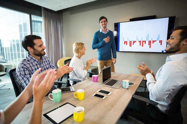 Colleghe che applaudono un collega dopo la presentazione