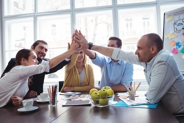 Colleghe che danno il cinque in sala riunioni