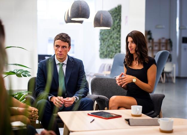 Colleghe di alto angolo che si incontrano all'ufficio