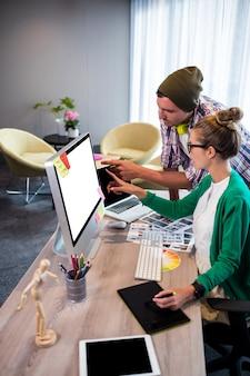 Colleghi casuali che utilizzano il computer