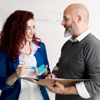 Colleghi che discutono piano aziendale