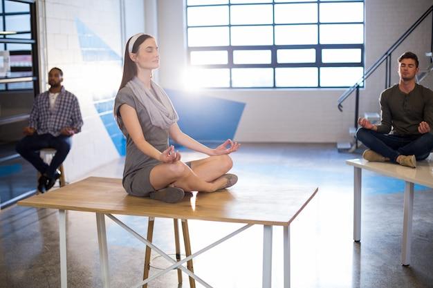 Colleghi che fanno yoga in ufficio