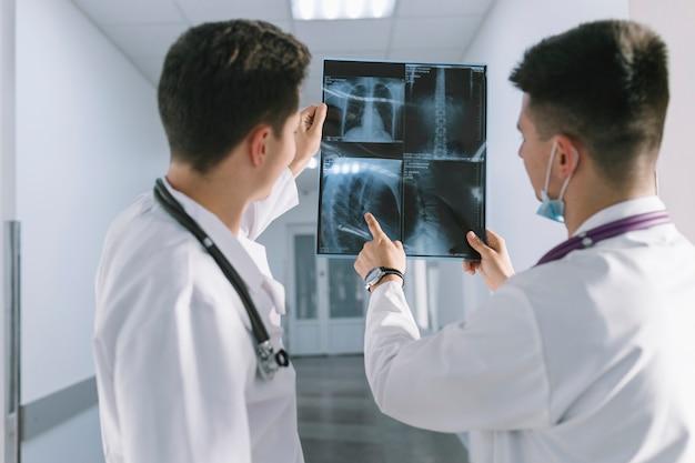 Colleghi che guardano raggi x in clinica