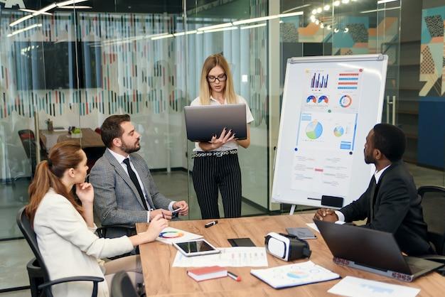 Colleghi che hanno discussione di lavoro durante la riunione nella sala del consiglio dell'ufficio. gruppo di uomini d'affari che lavorano insieme, concetto di successo del lavoro di squadra.
