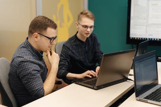 Colleghi che lavorano insieme in una sala conferenze.