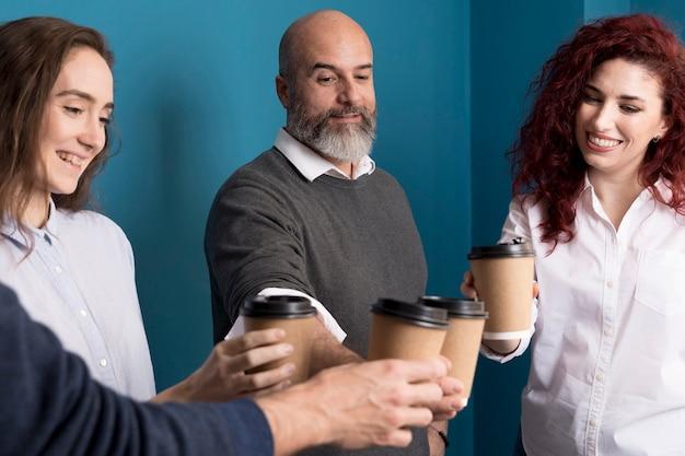Colleghi che mangiano caffè in ufficio