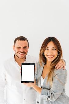 Colleghi che presentano un nuovo tablet