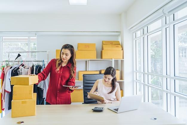 Colleghi della giovane donna che lavorano insieme nell'ufficio.
