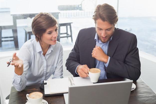 Colleghi di lavoro che hanno una riunione