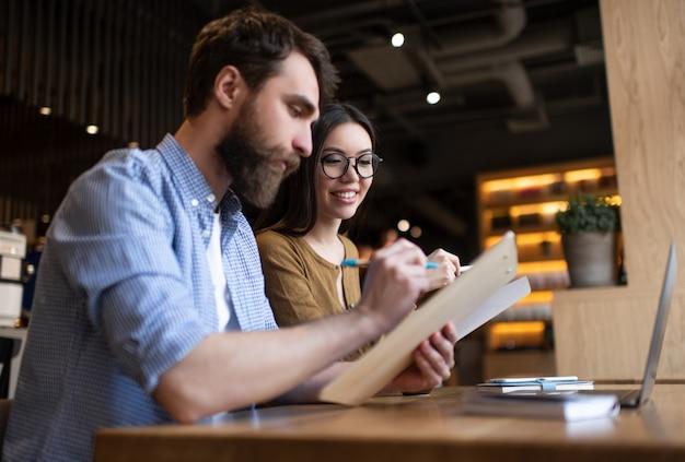 Colleghi di lavoro che lavorano all'avvio, incontro, brainstorming in ufficio. concetto di processo di assunzione