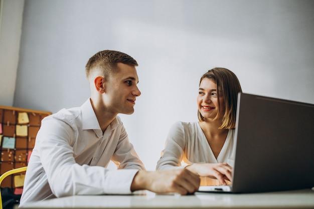 Colleghi di sesso maschile e femminile che lavorano in ufficio