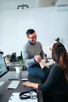 Colleghi di ufficio a parlare e guardarsi l'un l'altro.