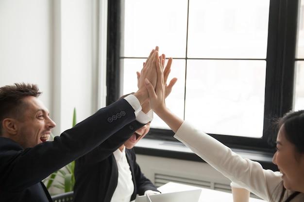 Colleghi emozionanti che danno l'obiettivo di raggiungimento del livello cinque