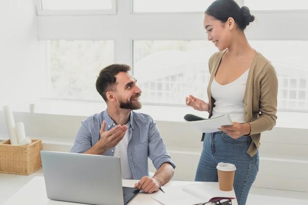 Colleghi in ufficio in pausa caffè