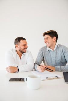 Colleghi in ufficio seduti al tavolo di brainstorming