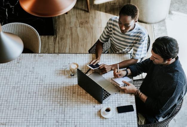 Colleghi in un'area di lavoro che lavorano insieme