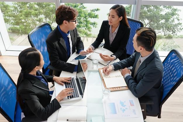 Colletti bianchi vietnamiti concentrati sul lavoro