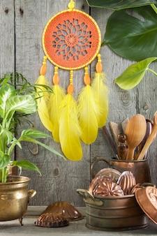 Collettore di sogno di giallo arancio su gray