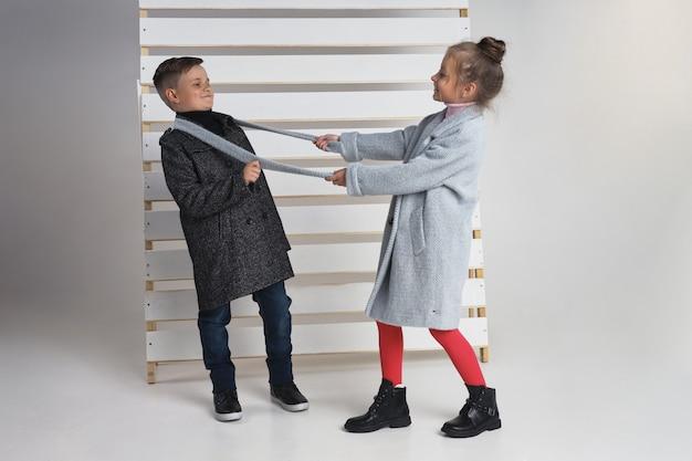 Collezione autunnale di abiti per bambini e ragazzi. giacche e cappotti per il freddo autunnale. i bambini posano