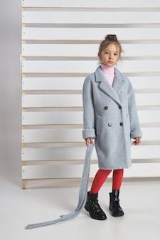 Collezione autunnale di abiti per bambini e ragazzi. giacche e cappotti per il freddo autunnale