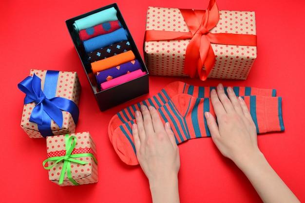 Collezione colorata di calze di cotone come regalo nelle mani di una donna