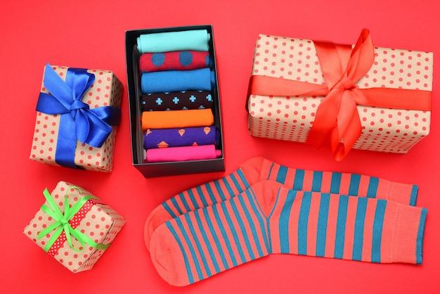 Collezione colorata di calzini di cotone come regalo nelle mani della donna.